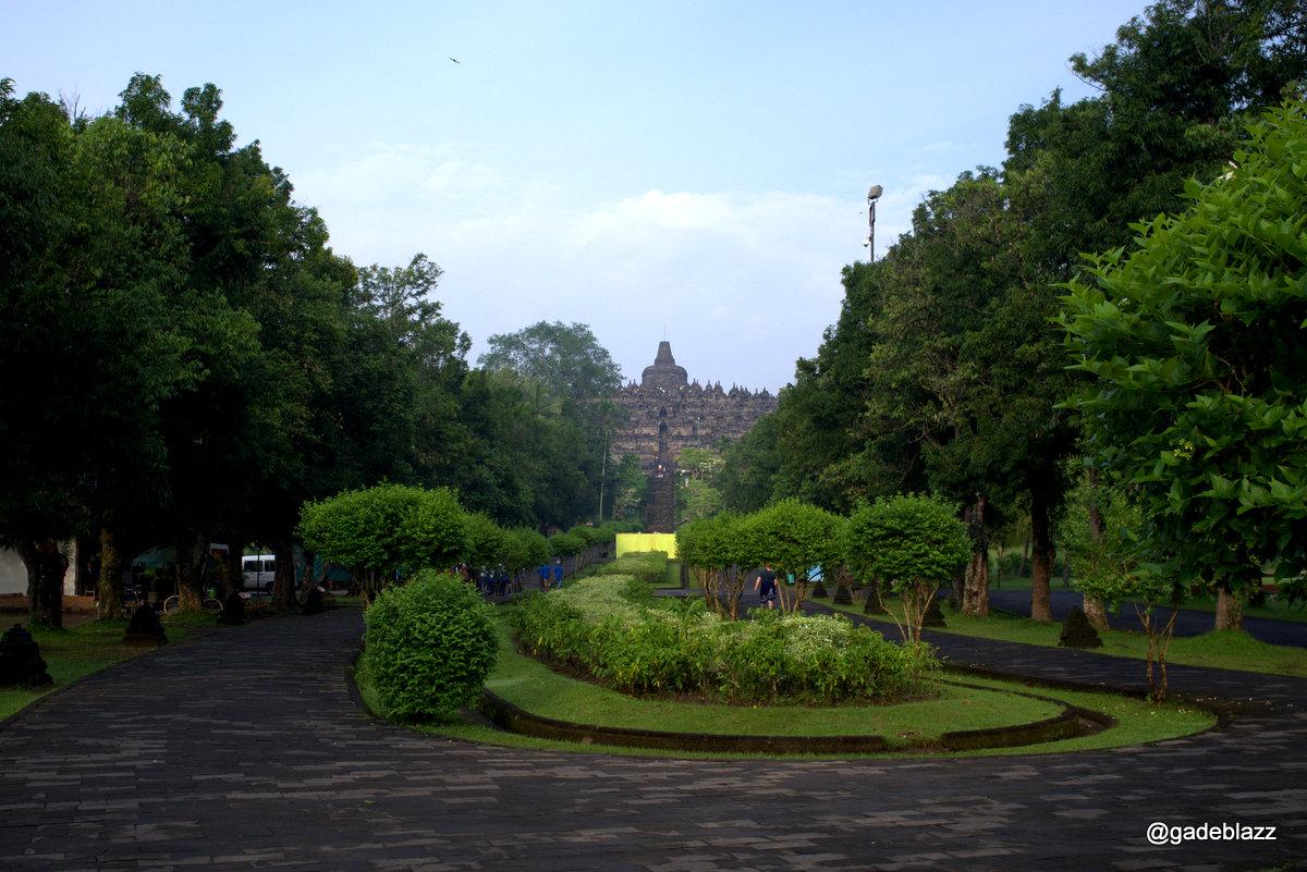 Borobudur ternyata juga berfungsi sebagai jam matahari... ini adalah pintu timur, dan mata hari terbit dapat dilihat dari sisi ini