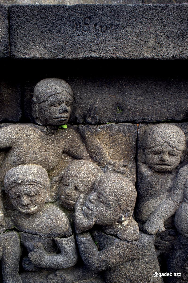 "Relief di candi Borobudur sangat cantik dan jelas, berikut ini menggambarkan orang yang sedang menggosip... diatas ada tulisan ""wikromo"" artinya perbuatan jelek"