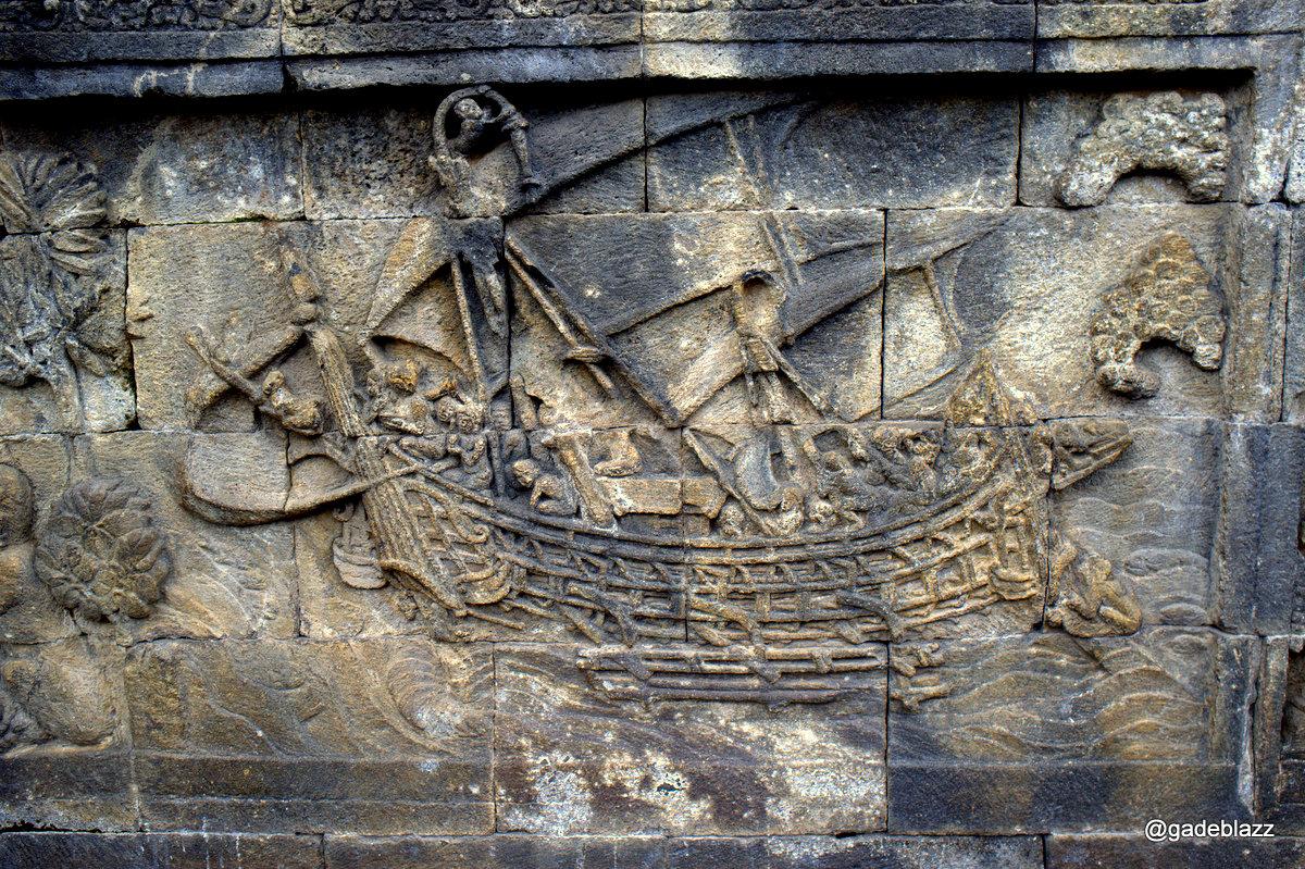 Ini adalah kapal yang dipakai pada jaman saat itu untuk berdagang kayu manis... telah dibuat replikanya dan sanggup mengarungi lautan... Lihat Paling atas, ada orang sedang menekuk tiang kapal... sebenarnys itu agak tiang tidak lewat dari bingkainya.. :)