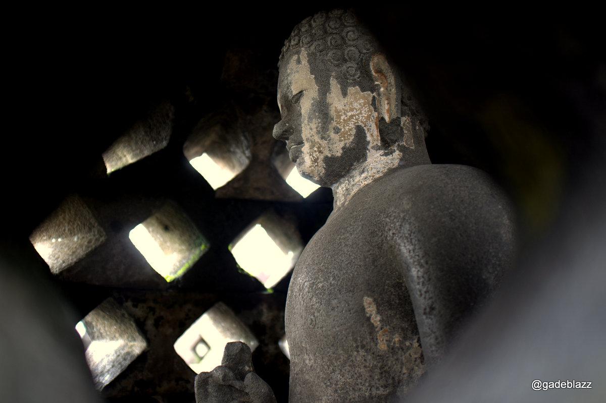 Di lantai inilah cahaya budha bersemayam dalam hati orang yang bisa mencapai tingkat ini... Budha ini ada bercak putih karena terkena tetesan semen waktu Belanda merestorasi Borobudur