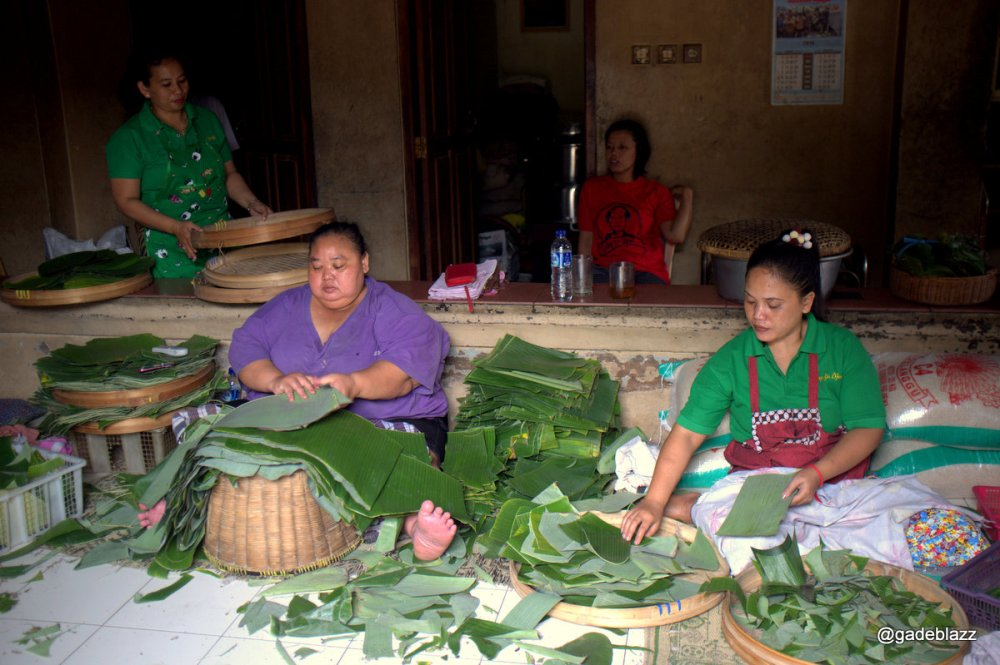 dedicated person just to prepare the banana leaf later it will be the plate for eating gudek